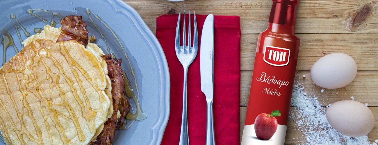 ΑΛΜΥΡΕΣ ΤΗΓΑΝΙΤΕΣ ΜΕ ΜΠΕΪΚΟΝ, ΣΙΡΟΠΙ ΣΦΕΝΔΑΜΟΥ ΚΑΙ ΤΟΠ ΒΑΛΣΑΜΟ ΜΗΛΟΥ (Bacon Pancake Sandwiches)