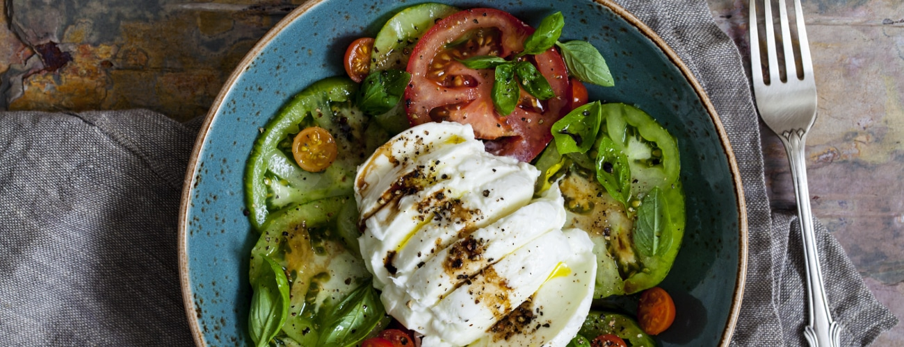 ITALIAN SALAD WITH TOMATO, MOZZARELLA, CUCUMBER, PEPPERS AND AROMATIC SPICES